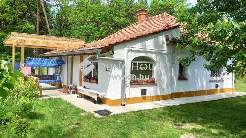 Eladó Ház, Bács-Kiskun megye, Kecskemét - Aszfalt úton, csodás erdős környezetben, szép családi ház