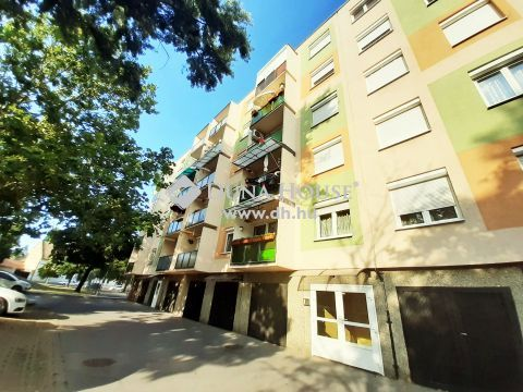 Eladó Lakás, Komárom-Esztergom megye, Komárom - Városközpontban, szigetelt épületben